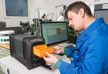 Measuring plastic parts with the X-Rite Ci7800 benchtop spectrophotometer.