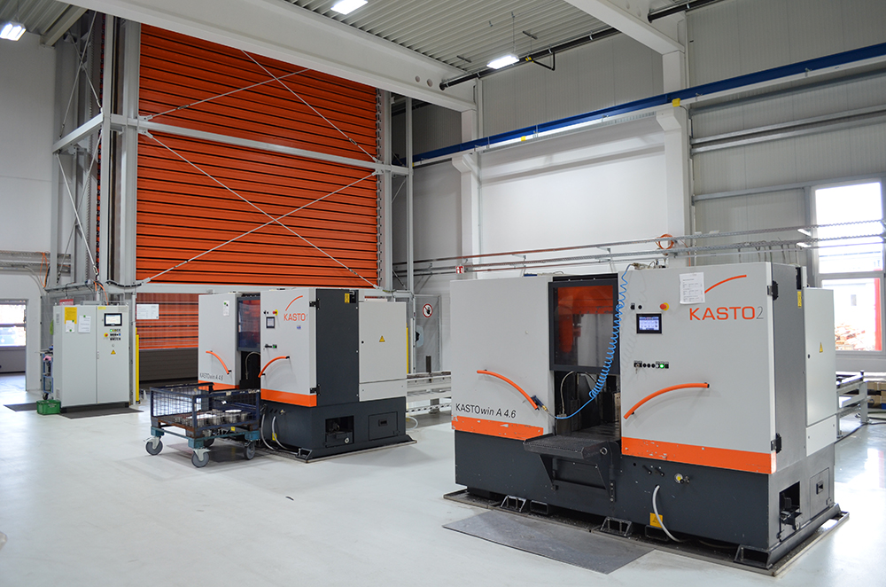 The specialist company for precision components relies on two KASTOwin bandsaws and the UNITOWER tower storage system to streamline its production.