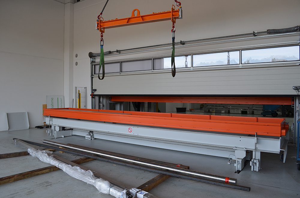 The external input station is separated from the storage facility by a roller door to avoid temperature fluctuations.
